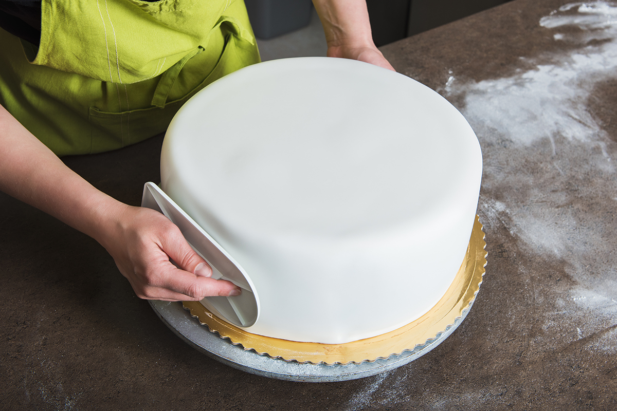 CAKE DECORATING – HOW TO MAKE YOUR ICING SMOOTH AND EVEN
